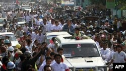 Nhà lãnh đạo thân dân chủ Miến Điện Aung San Suu Kyi vẫy chào người ủng hộ ở Dawei, 29/1/2012