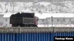 지난해 3월 중국과 북한이 인접한 두만강에서 북한 남양시와 중국 투먼 통상구를 오가는 화물차.