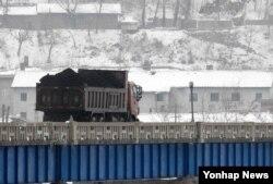 중국과 북한이 인접한 두만강에서 북한 남양시와 중국 투먼 통상구를 오가는 화물차. 중국은 지난 2월 유엔 대북제재결의 이행을 위해 북한산 석탄 수입을 전면 중단한다고 밝혔다.