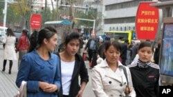 新疆烏魯木齊街頭的維族民眾