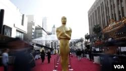Patung Oscar diletakkan di atas karpet merah pada Academy Awards ke-84 di Hollywood, California, Minggu (26/2).