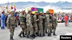 在印军特种边境部队藏人军官丹增尼玛(Tenzin Nyima)的葬礼上印度士兵抬着他的棺木。(2020年9月7日)