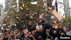 Marco Scutaro de los Gigantes en el desfile de San Francisco que ha convocado al menos un millón de personas.