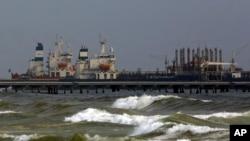 25일 베네수엘라 엘팔리토 항구에 이란 유조선이 정박해 있다.