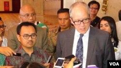 Menteri ESDM Sudirman Said (kiri) dan Wakil Menteri Energi AS Jonathan Elkind usai menghadiri diskusi tentang investasi pada sektor energi migas di Jakarta, Senin 3/8 (VOA/Ahadian).