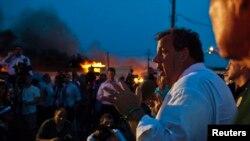 Guverner Nju Džersija Kris Kristi daje izjavu za medije dok se vatrogasci bore da stave pod kontrolu veliki požar u Sisajd Parku.