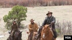 Hailee Steinfeld (Mattie Ross), Matt Damon (LaBeouf), dan Jeff Bridges (Rooster Cogburn) dalam'True Grit' versi Coen bersaudara.