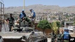 Nhân viên Liên Hiệp Quốc kiểm tra một chiếc xe tăng trong khu vực al-Zabadani, gần Damascus, 6/5/2012