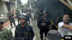 Polisi dan tentara Indonesia dalam salah satu operasi penggerebekan (foto ilustrasi).