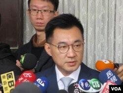 台湾在野党国民党立委江启臣接受媒体提问 (美国之音张永泰拍摄)