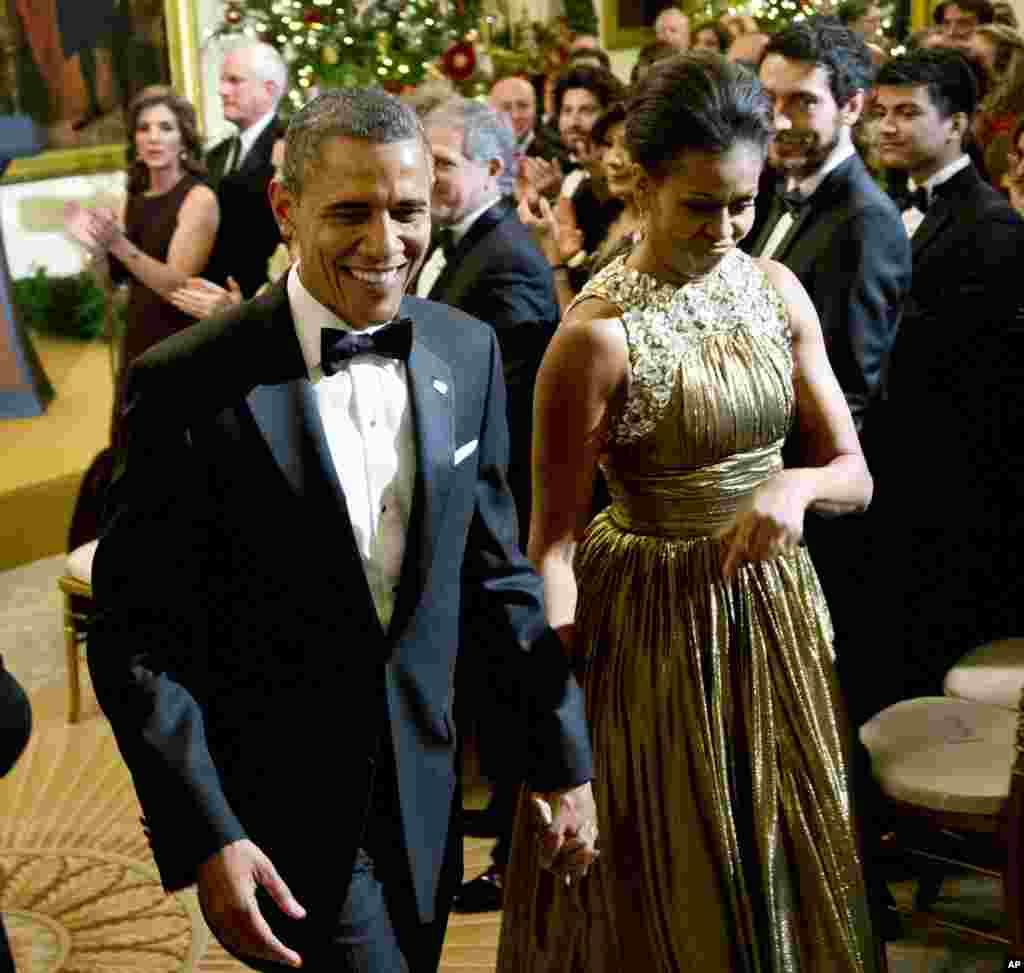 El presidente Obama junto a Michelle abandonan el recinto luego de disfrutar de una noche de gala y de premiación a las artes de primer nivel.