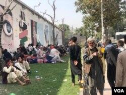 Watu wamekusanyika mbele ya balozi za kigeni mjini Kabul.