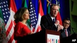Le représentant américain au Commerce, Robert Lighthizer, au centre, avec la ministre des Affaires étrangères du Canada, Chrystia Freeland, à gauche, et le secrétaire à l'Économie du Mexique, Ildefonso Guajardo Villarrea, à droite, à Washington, le 17 octobre 2017.