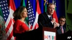 Menlu Kanada Chrystia Freeland dan Perwakilan Dagang AS Robert Lighthizer memberikan keterangan pers mengenai pembicaraan NAFTA antara AS dan Kanada (foto: dok).