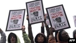 """Demonstranti na """"maršu milion kapuljača"""" na Junion Skveru u Njujorku, 21. marta 2012. Marš je održan u znak sećanja na ubijenog tinejdžera Trejvona Martina."""