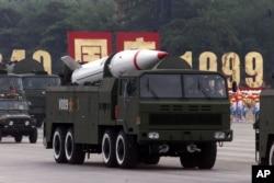 1999年北京国庆阅兵展示的东风导弹。