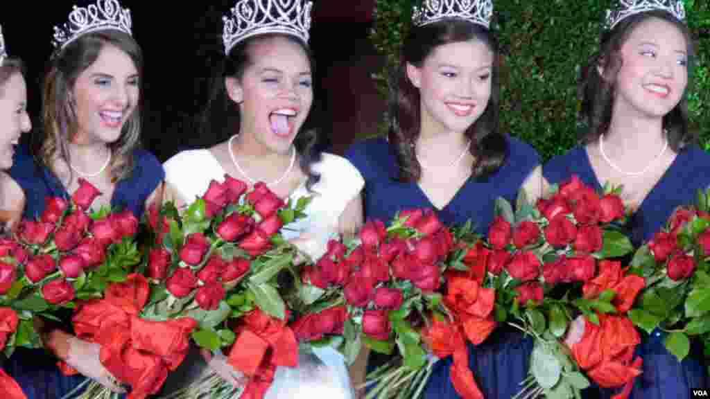 玫瑰皇室成员喜形于色(美国之音国符拍摄)