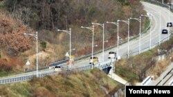 금강산 관광 15주년을 맞은 지난 18일, 금강산 현지 기념식을 위해 현대아산 임직원들이 동해선을 따라 금강산으로 향하고 있다. (자료사진)