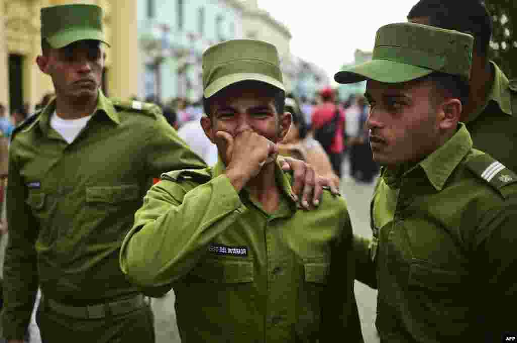 ទាហានយំសោកបន្ទាប់ពីបានឃើញកោដ្ឋដាក់ធាតុមេដឹកនាំគុយបាលោក Fidel Castro ត្រូវបានបើកឆ្លងកាត់ក្រុង Santa Clara នៅថ្ងៃទីបួននៅក្នុងក្បួនដង្ហែឆ្លងកាត់ប្រទេស ដើម្បីយកទៅបញ្ចុះនៅក្រុង Santiago de Cuba។
