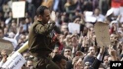 Демонстранты на площади Тахрира в Каире. Египет. 31 января 2011 года