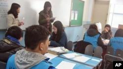 首尔爱心高中的学生在学习韩文