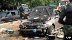 Sĩ quan quân đội đi hiện trường vụ nổ ở Kaduna, phía Bắc Nigeria, ngày 23/7/2014.
