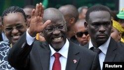 FILE - UMnu. John Magufuli salutes lamalunga ebandla elibusayo eleChama Cha Mapinduzi Party, Dar es Salaam.