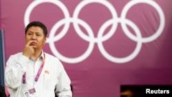 런던 올림픽이 열린 지난 2012년 7월 북한의 손광호 체육성 부상이 글래스고 햄든파크 경기장에서 여자 축구 북한과 콜롬비아의 경기를 기다리고 있다. (자료사진)