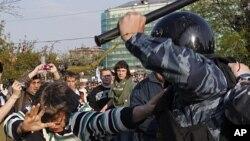 示威者與警方發生衝突。
