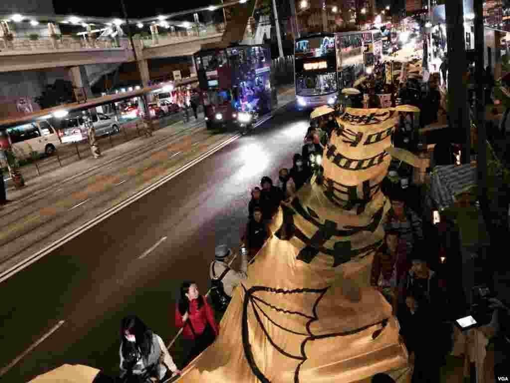 香港学生组织及泛民主派政党发起平安夜游行,延续雨伞运动精神,争取真普选