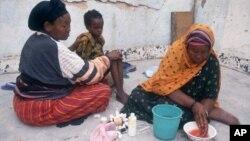 Seorang Juru Khitan perempuan membasuh tangannya setelah melakukan praktik khitan terhadap seorang anak perempuan di Hargeisa, Somalia (foto: dok),