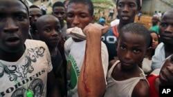 Affrontement lors d'un meeting de l'opposant Cellou Dalein Dialo le 8 octobre 2015. (AP Photo/ Youssouf Bah)