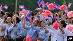 Học sinh, sinh viên Campuchia vẫy cờ trong lễ kỷ niệm ngày Độc lập. (Ảnh tư liệu)