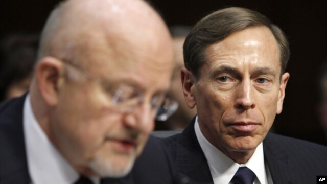 David Petraeus (derecha) escucha al director de Inteligencia Nacional, James Clapper, en otra audiencia legislativa.