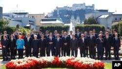 Grupna fotografija učesnika neformalnog samita EU u Salzburgu (Foto: AP/Matthias Schrader)