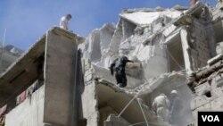 ຊາວບ້ານກຳລັງຊອກຫາຜູ້ລອດຊີວິດ ຫລັງຈາກການໂຈມຕີ ໂດຍກຳລັງທີ່ຈົງຮັກພັກດີ ຕໍ່ປະທານາທິບໍດີ Bashar al-Assad