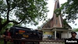Polisi berjaga-jaga di luar Gereja Katolik St. Joseph di Medan (28/8).