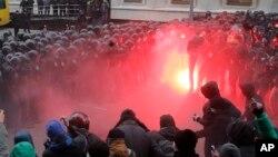 Bentrokan antara demonstran Ukraian dengan polisi anti huru-hara dekat istana Presiden di ibukota Kiev (1/12). Uni Eropa mengecam tindak kekerasan oleh polisi terhadap demonstran.