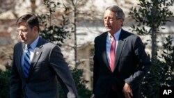 지난해 마크 샌포드 의원 공하당 의원(오른쪽)이 마이크 존슨 공화당 의원과 함께 백악관에 도착하고 있다.