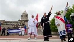 백인 우월주의 단체 '쿠 클럭스 클랜, KKK' 소속 조직원이 미국 켄터키 주 의회 앞에서 시위를 벌이고 있다.