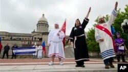 Miembros de un grupo neonazi y del KKK en una manifestación el año pasado en Kentucky.