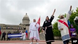 Membres du Ku Klux Klan saluant devant le Capitole de Francfort, au Kentucky, en avril 2012. (AP Photo/John Flavell)