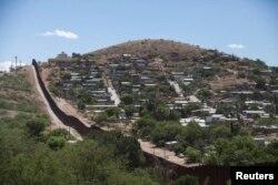 Mərkəzi Amerikadan minlərlə mühacir hər il ABŞ-a daxil olmaq üçün Meksika-ABŞ sərhəd zonasına axışır.