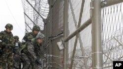 韩国总参谋长在视察南北韩非军事区的隔离铁丝网