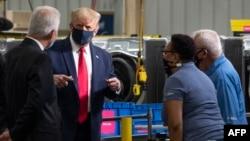 លោកប្រធានាធិបតី Donald Trump ពាក់ម៉ាស់ ខណៈលោកសន្ទនាជាមួយបុគ្គលិករបស់រោងចក្រ Whirlpool Corporation នៅទីក្រុង Clyde រដ្ឋ Ohio ថ្ងៃទី ៦ ខែសីហា ឆ្នាំ២០២០។