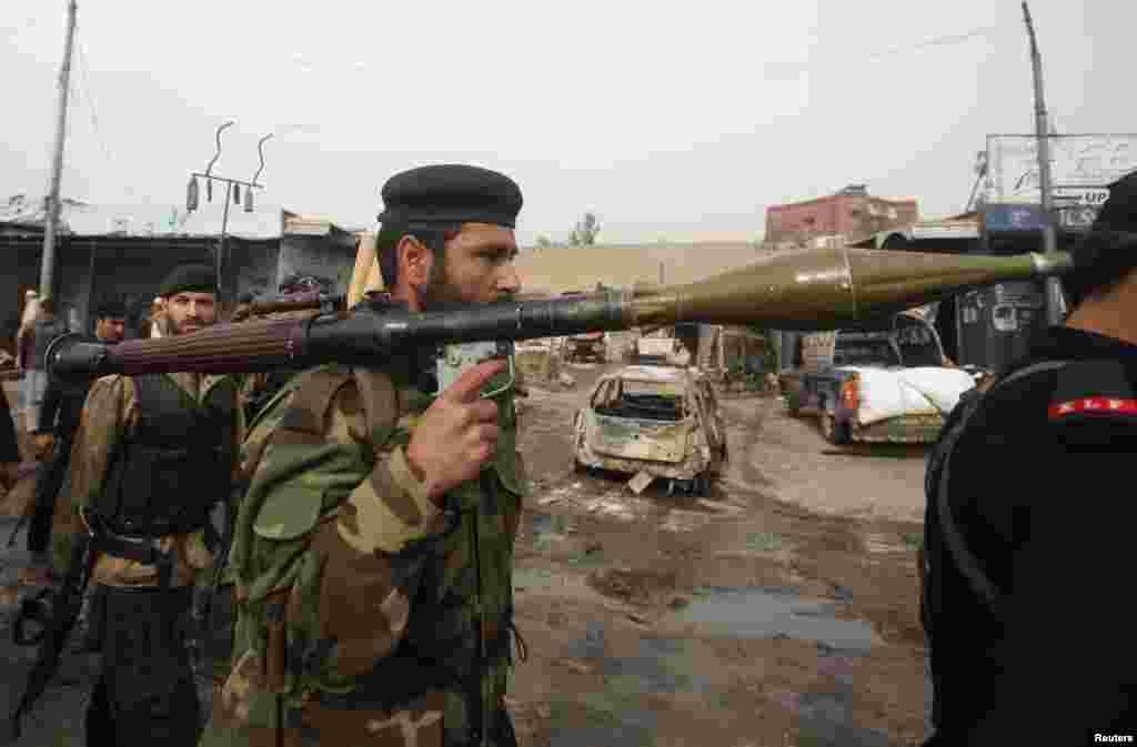 17일 페샤와르시 폭탄테러 현장에서 로켓추진식 수류탄을 메고 있는 정부군.
