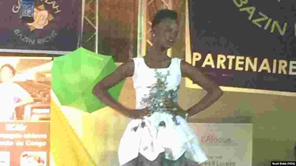 Une mannequin dans une superbe robe blanche mini (en tissu Bazin) lors de la deuxième édition du Festival du Bazin, à Bamako, Mali, 16 octobre 2015. (VOA/Scott Bobb).