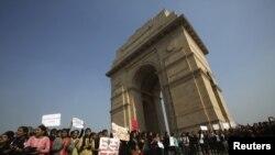 Các tổ chức phụ nữ biểu tình trước India Gate ở New Delhi, phản đối vụ cưỡng hiếp tập thể, 21/12/2012