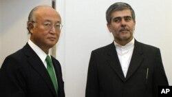 Direktur Badan Energi Atom Internasional (IAEA) Yukiya Amano saat menerima Ketua Badan Tenaga Atom Iran Fereydoun Abbasi di Wina, Austria (17/9).