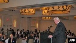 Джим Моран обращается к избирателям во время «вечера кандидатов»